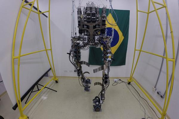 O exoesqueleto desenvolvido no Brasil - Projeto Andar de Novo - Reprodução Facebook