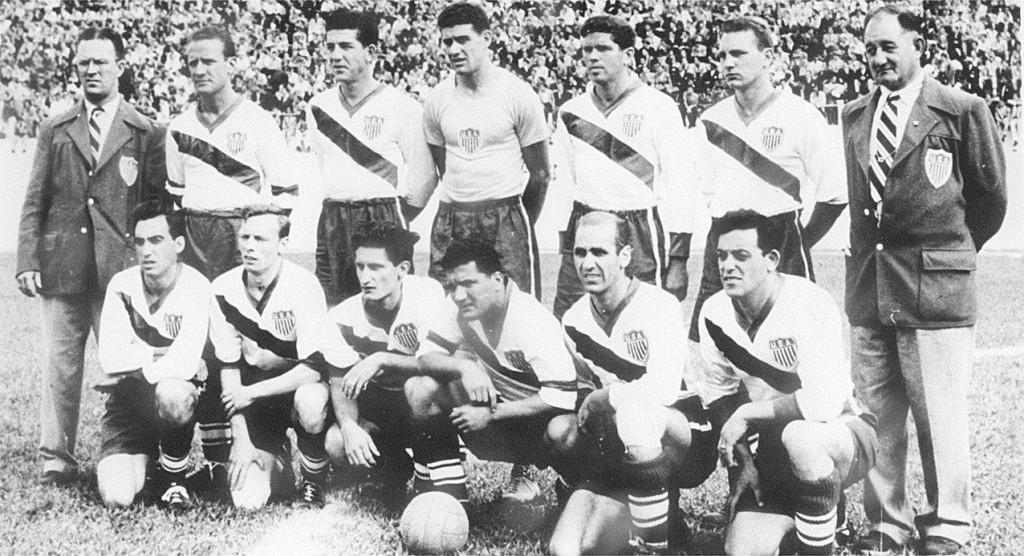 EUA na Copa de 1950. Walter Bahr é o primeiro jogador em pé, da esquerda para a direita