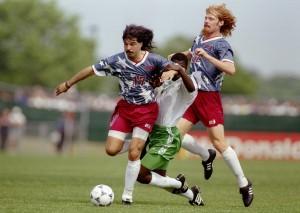 Marcelo Balboa e Alexi Lalas, dupla de zaga dos EUA em 1994 - foto: Simon Bruty/ALLSPORT