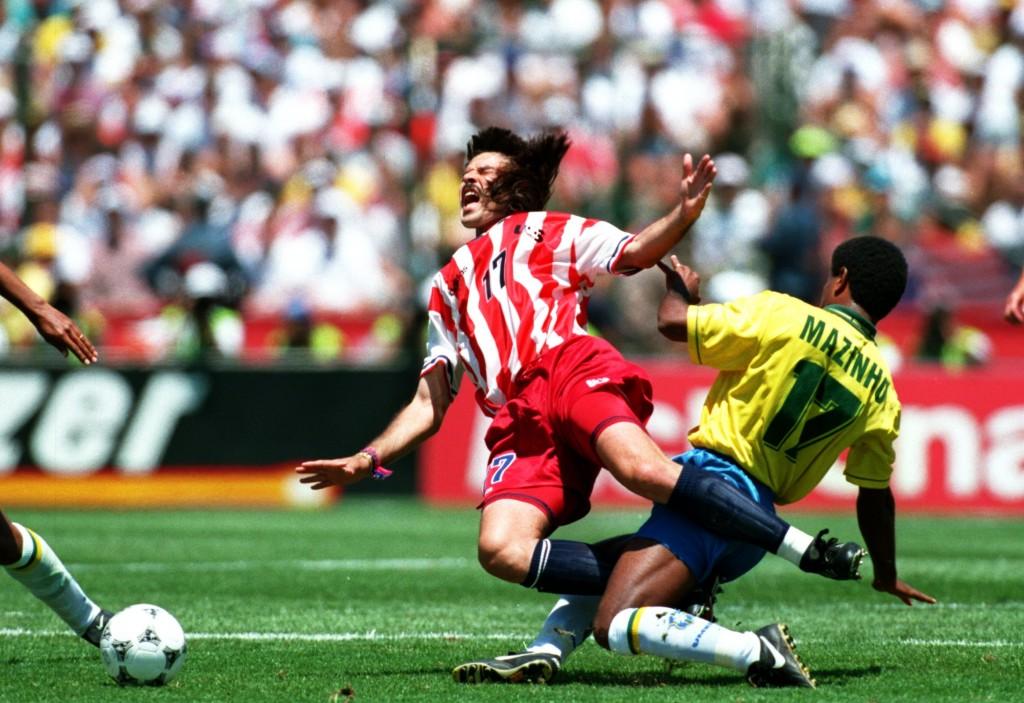 Mazinho dá entrada dura em Marcelo Balboa na Copa de 1994. - foto: Mike Powell/ALLSPORT
