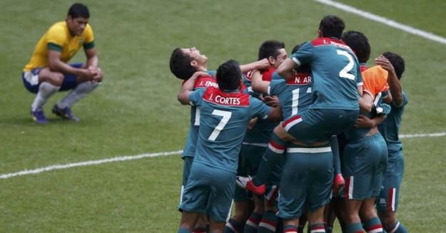 Jogadores mexicanos comemoram vitória sobre o Brasil nas Olimpíadas de Londres - foto: Flavio Florido/UOL