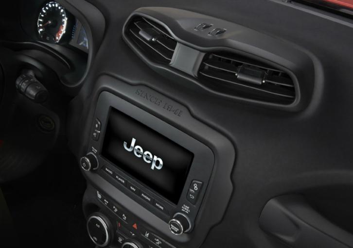 Serão oferecidas telas de 5 e 6,5 polegadas no Brasil (Foto: Divulgação/Jeep)