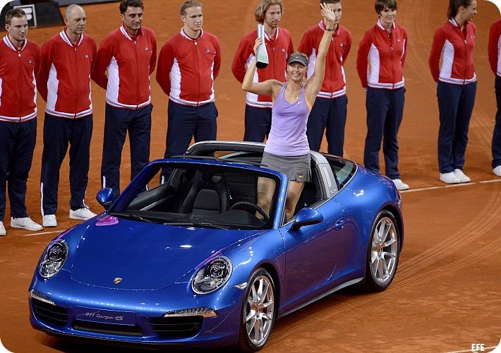Sharapova_Stuttgart_trofeu_efe_blog