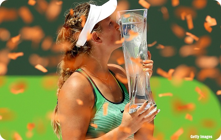 Azarenka_Miami16_trophy_get2_blog