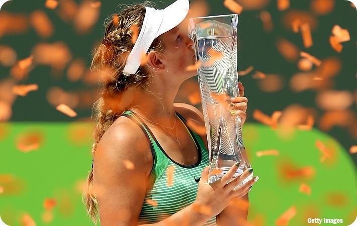 Azarenka_Miami16_trophy_get2_blog