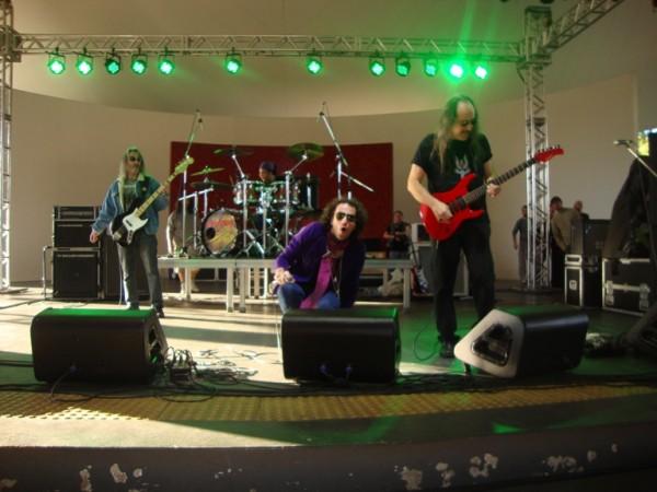 O Golpe de Estado entrou com tudo no palco ensolarado do Parque Salvador Arena, em São Bernardo, no final de julho de 2013; Aguirra está à direita, com, a guitarra vermelha (FOTO: MARCELO MOREIRA)