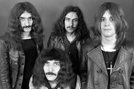 Black Sabbath em 1970: em cima, da esq. para a dir., Geezer Butler, Bill Ward e Ozzy Osbourne; Tony Iommi está sentado (FOTO: DIVULGAÇÃO)