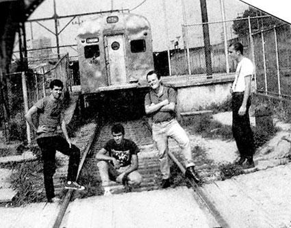 Garotos Podres em 1985, posando em um trecho da linha férrea metropolitana, em Mauá (FOTO: DIVULGAÇÃO/ACERVO PESSOAL)
