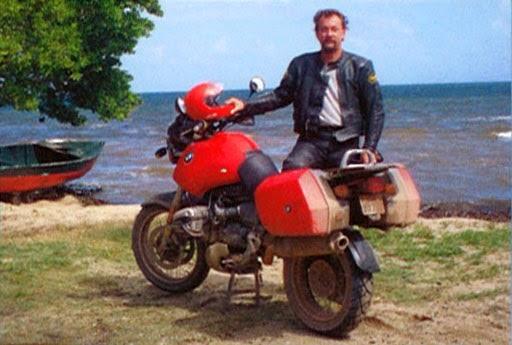 Neil Peart chega a uma praia do Oceano Pacífico, no México (FOTO: DIVULGAÇÃO)
