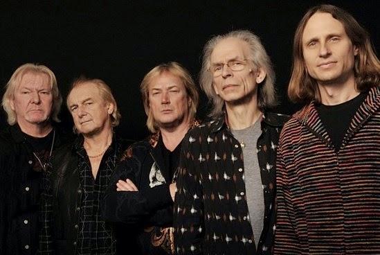 Última formação do Yes: da esq. para a dir., Chris Squire (baixo), Alan White (bateria), Geoff Downes (teclados), Steve Howe (guitarra) e Jon Davidson (vocais) (FOTO: DIVULGAÇÃO)