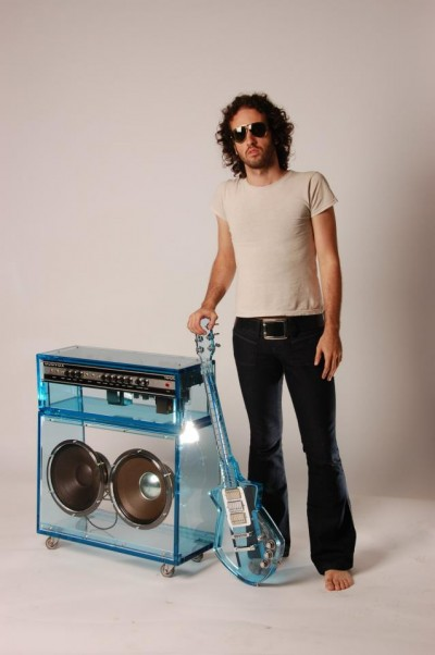 O artista com um protótiplo de amplificador (FOTO: DIVULGAÇÃO) ARQUIVO PESSOAL/