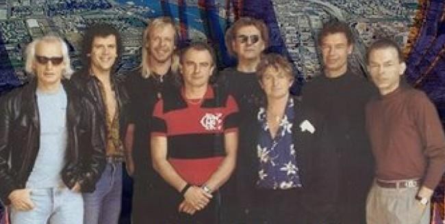 Anúncio da Union Tour, em 1991: da esq. para a dir., Tony Kaye (teclados), Trevor Rabin (guitarra e vocais), Rick Wakeman (teclados), Alan White (bateria, com a camisa do Flamengo), Chris Squire (baixo), Jon Anderson (vocais), Bill Bruford (bateria) e Steve Howe (guitarra) (FOTO: DIVULGAÇÃO)