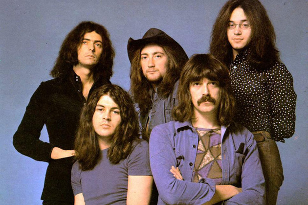 Segunda formação do Deep Purple (mark II), considerada a clássica: em pé, da esq. para a dir, Ritchie Blackmore (guitarra), Roger Glover (baixo) e Ian Paice (bateria; sentados: Ian Gillan (esq.) e Jon Lord (teclados) (FOTO: DIVULGAÇÃO)