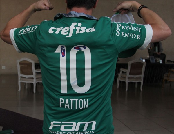 Mike Patton com a camisa do Palmeiras (FOTO  DIVULGAÇÃO GABRIEL BARBOSA-TV ed0e33f3b5a95