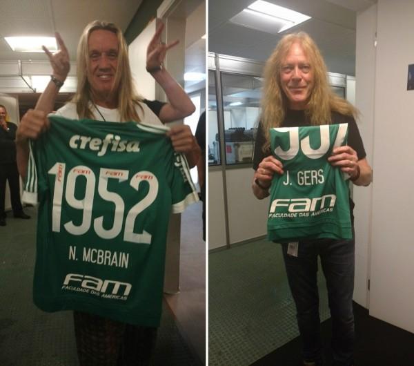 Nicko McBrain e Janick Gers com suas camisas (FOTO  COSTÁBILIE SALZANO  JR THE 1442b56818948