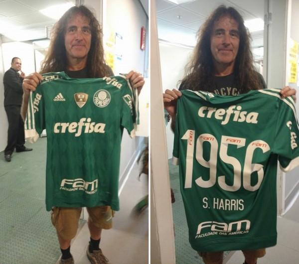 Steve Harris com sua camisa personalizada do Palmeiras (FOTO  COSTÁBILIE  SALZANO JR THE dccb07b199033