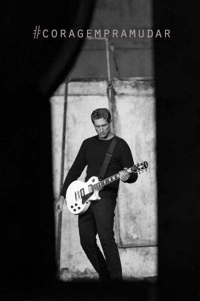 Rosso empunhando uma guitarra Gibson Les Paul, seu modelo preferido. Ele compôs a música