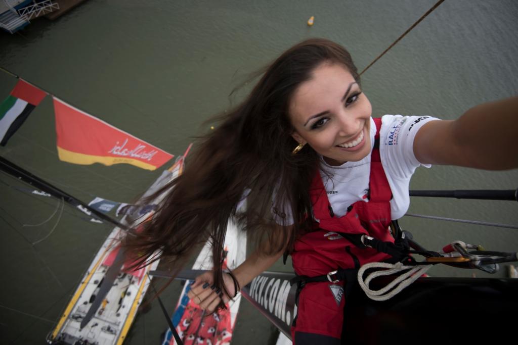 Miss Santa Catarina, Laura Lopez, faz selfie no mastro do barco chinês