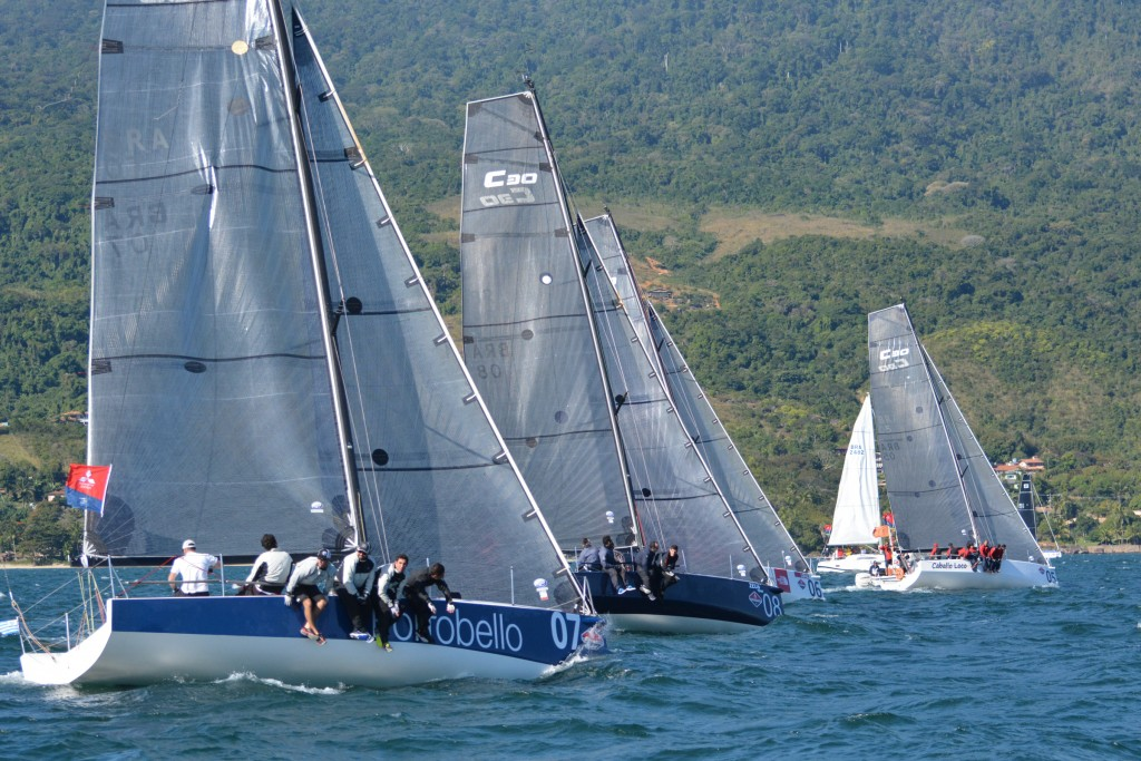 Regatas sempre equilibradas na competitiva classe C30 (Edu Grigaitis / Balaio)