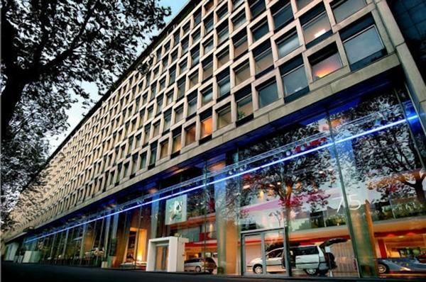 O imponente prédio da PSA na avenida Grand Armée