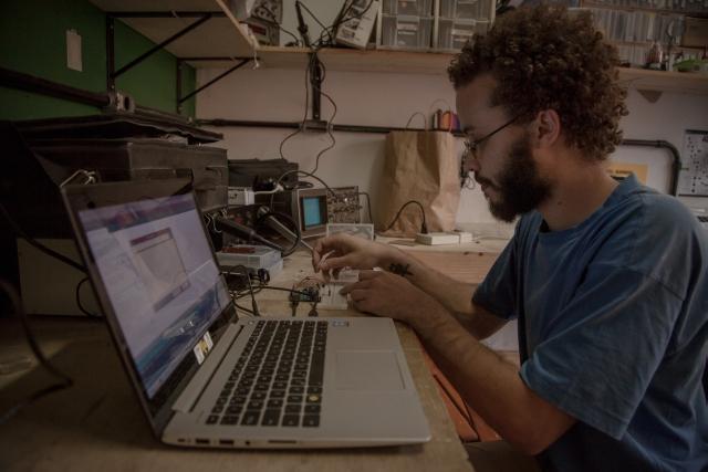 Guima, do projeto Rede InfoAmazonia, coordenou a trilha de desenvolvimento de sensores para medir qualidade d'água. Foto: Bruno Fernandes