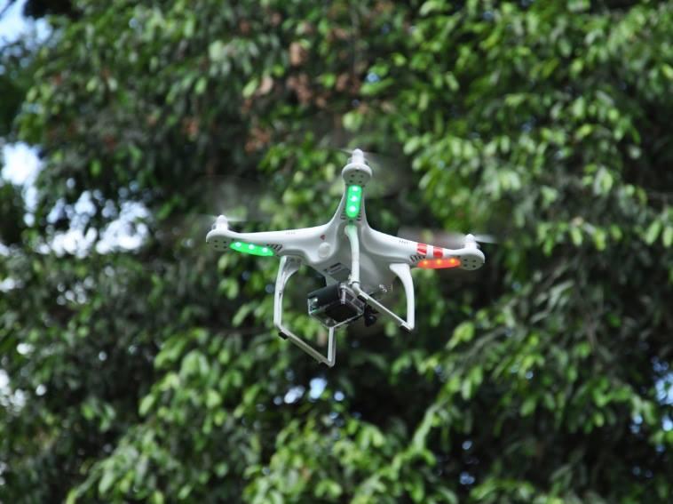 Diego utiliza o modelo DJI Phantom 1, que tem autonomia de voo de 15 minutos. Junto, a aeronave leva uma câmera GoPro de 12 megapixels para foto e video.