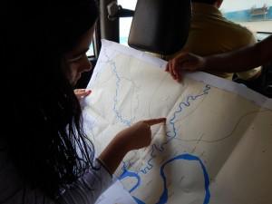 A pesquisadora Paula Paz verifica local visitado na viagem. Foto: Terra-i