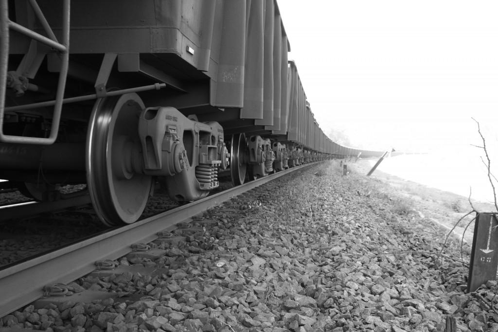 Trem da Vale em trecho da ferrovia que corta o assentamento de Palmares, em Parauapebas