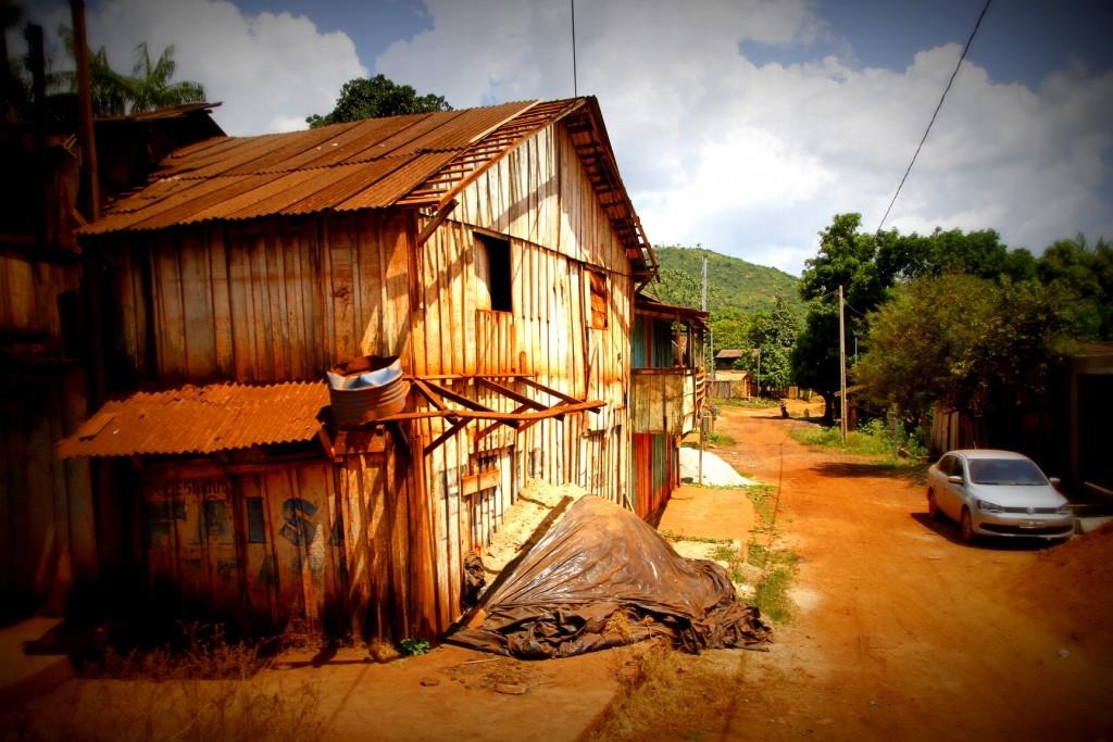Rua melancolicamente deserta num domingo de manhã na vila de Serra Pelada