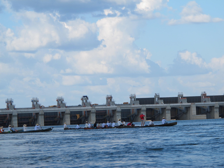 Canoas chegam à barragem no sítio Pimental. Pronta para fechar comportas. Foto Gustavo Faleiros/InfoAmazonia.org