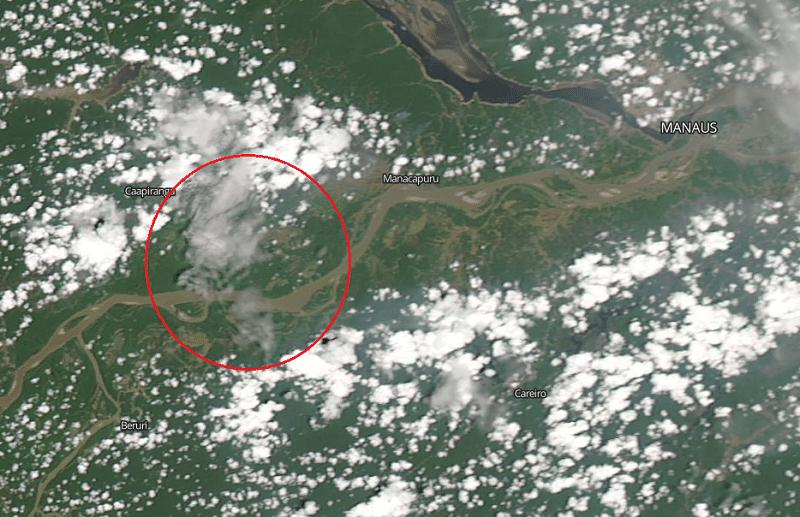 Na imagem de satélite de 31 de outubro dá para ver nuvem de fumaça perto da cidade
