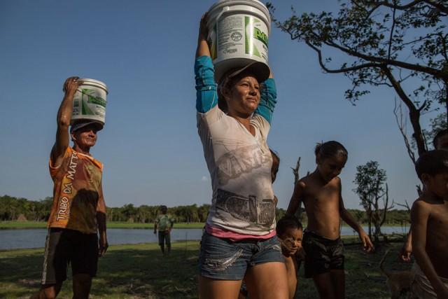Vivendo às margens do Rio Tapajós, na Amazônia paraense, Maria do Socorro caminha até oito vezes por dia para buscar baldes de água no lago mais próximo da sua casa, mas, com a seca, a água fica tão suja que não serve para o consumo humano. Para beber, tem que ir até a casa de uma vizinha que tem um poço artesiano e pedir água. FLAVIO FORNER/XIBÉ/INFOAMAZONIA