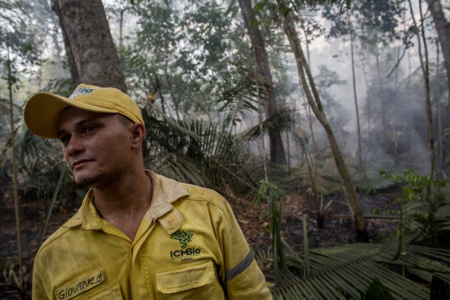 Na seca deste verão, os brigadistas da Floresta Nacional do Tapajós, como Giovane Oliveira, receberam entre três e quatro chamados por dia para combater incêndios. Os focos da região, combinados com a seca, fizeram substituir a costumeira bruma matinal de vapor d'água desta porção da Amazônia paraense por uma densa fumaça, atingindo grandes cidades da região Norte do Brasil. FLAVIO FORNER / XIBÉ / INFOAMAZONIA
