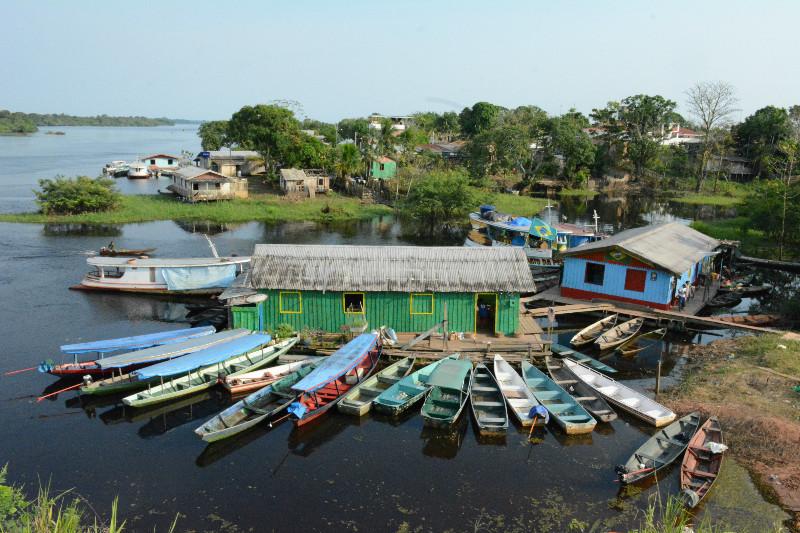 Flutuante serve de porto para canoas no interior do Amazonas. Mudanças nos rios podem causar impactos sobre comunidades ribeirinhas. Foto: Vandré Fonseca