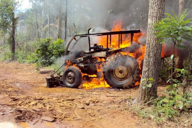 Trator em chamas durante operação do Ibama contra desmatamento ilegal no Mato Grosso em 2016. Foto: divulgação