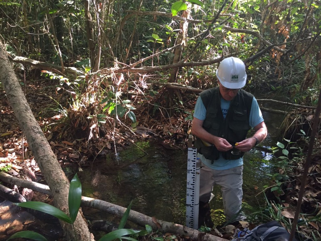 Ecólogo Christopher Neill durante medição em rio da Fazenda Tanguro. Foto: Karinna Matozinhos/IPAM