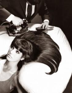 Ferro-de-passar-roupa-no-cabelo