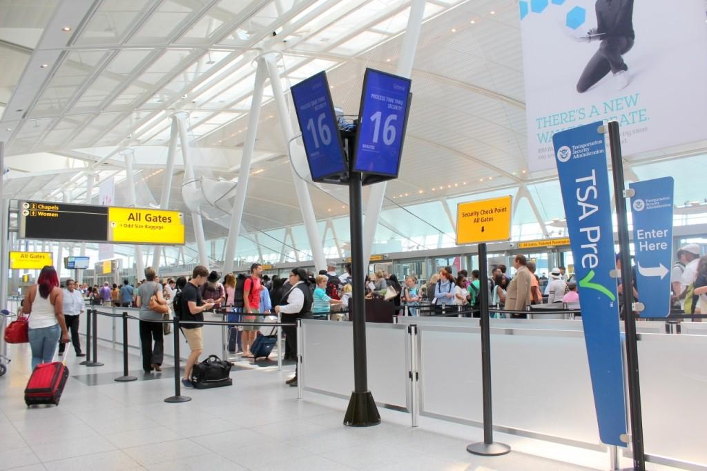 Telas indicam tempo de espera em filas no aeroporto JFK, em NY (Imagem: JFKIAT/Divulgação)