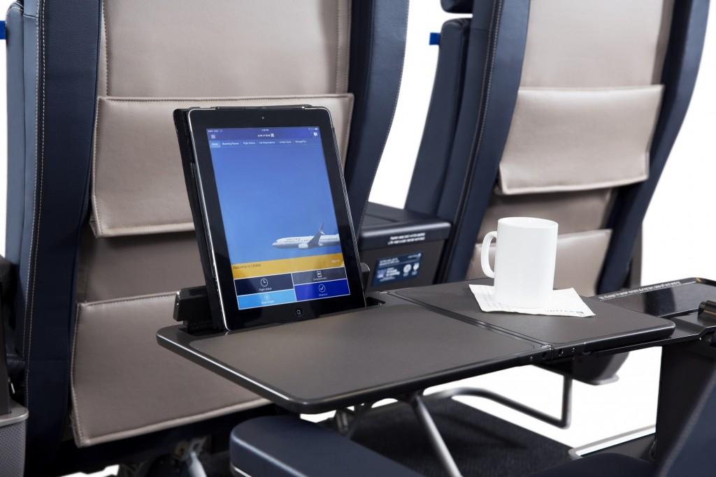 Apoio para tablet na primeira classe da United (Divulgação)