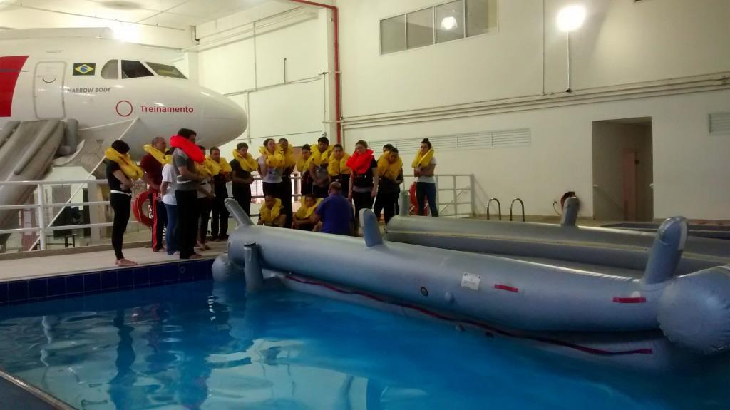 Comissários ouvem explicações sobre técnicas de sobrevivência na água (Foto: Claudia Andrade)