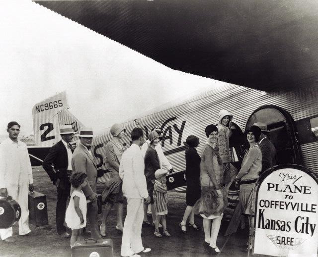 Passageiros embarcando em um trimotor da época. Crédito: National Air and Space Museum Archives