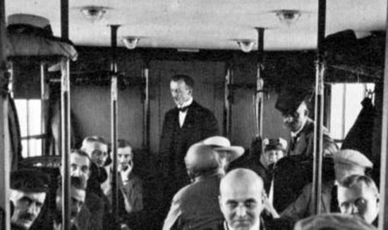 Heinrich Kubis, ao fundo, durante um dia de trabalho. Reprodução/Wikipedia
