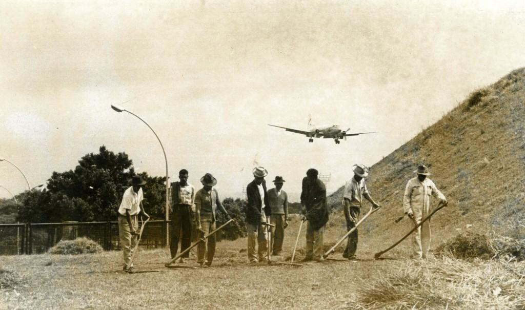 Trabalhadores no aeroporto de Congonhas, em São Paulo (SP). (São Paulo, SP, 00.00.1964. Foto de Acervo UH/Folhapress)