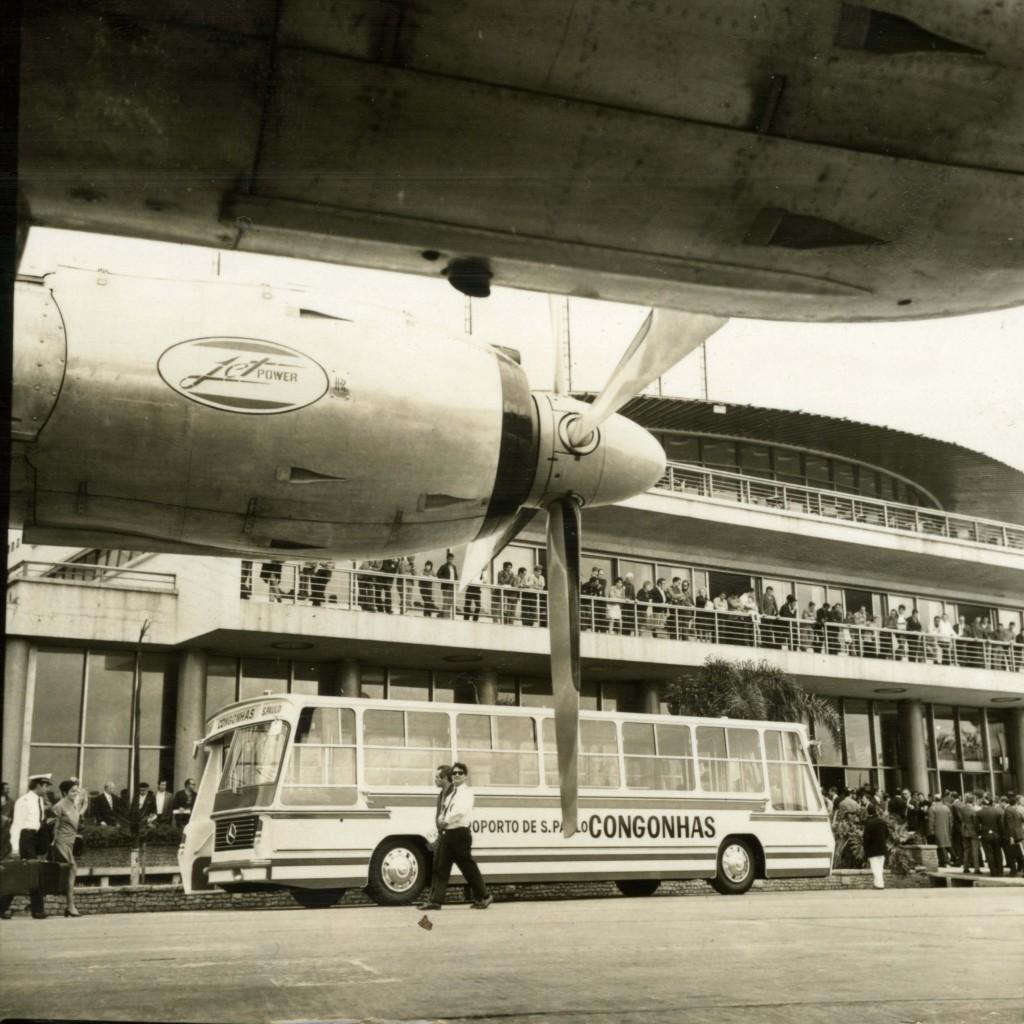 """ORG XMIT: 055401_0.tif Cerimônia de entrega oficial dos dois """"aerobus"""", veículos adquiridos pelo aeroporto de Congonhas para fazer o transporte dos passageiros da estação de embarque para o avião e vice-versa, em São Paulo (SP). Os primeiros """"aerobus"""" de Congonhas já se encontram operando em caráter experimental, há uma semana. (São Paulo, SP, 11.08.1971. Foto de Zilli/Acervo UH/Folhapress)"""