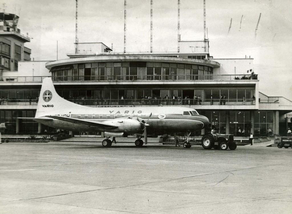 ORG XMIT: 075301_0.tif Avião da Varig no aeroporto de Congonhas nos anos sessenta, em São Paulo (SP). (São Paulo, SP, data desconhecida. Foto de Acervo UH/Folhapress)