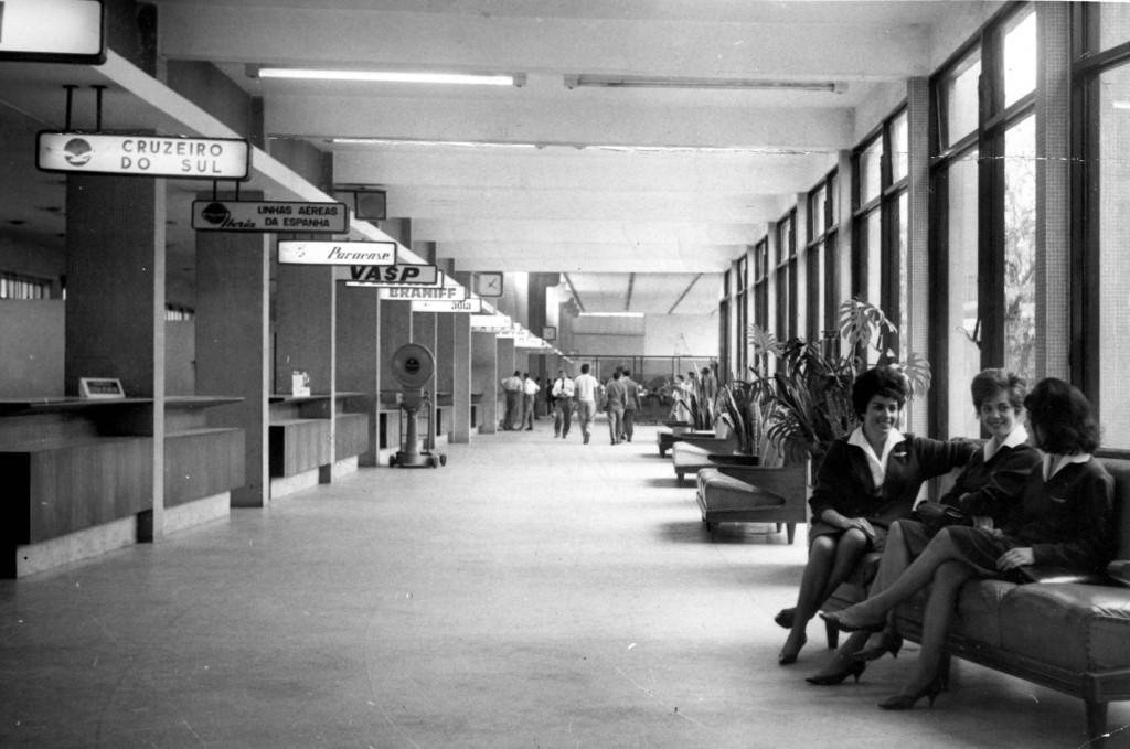 ORG XMIT: 091101_0.tif 1963 Balcões de check in do aeroporto de Congonhas. (São Paulo, SP, 1963. Foto do Acervo UH/Folhapress)