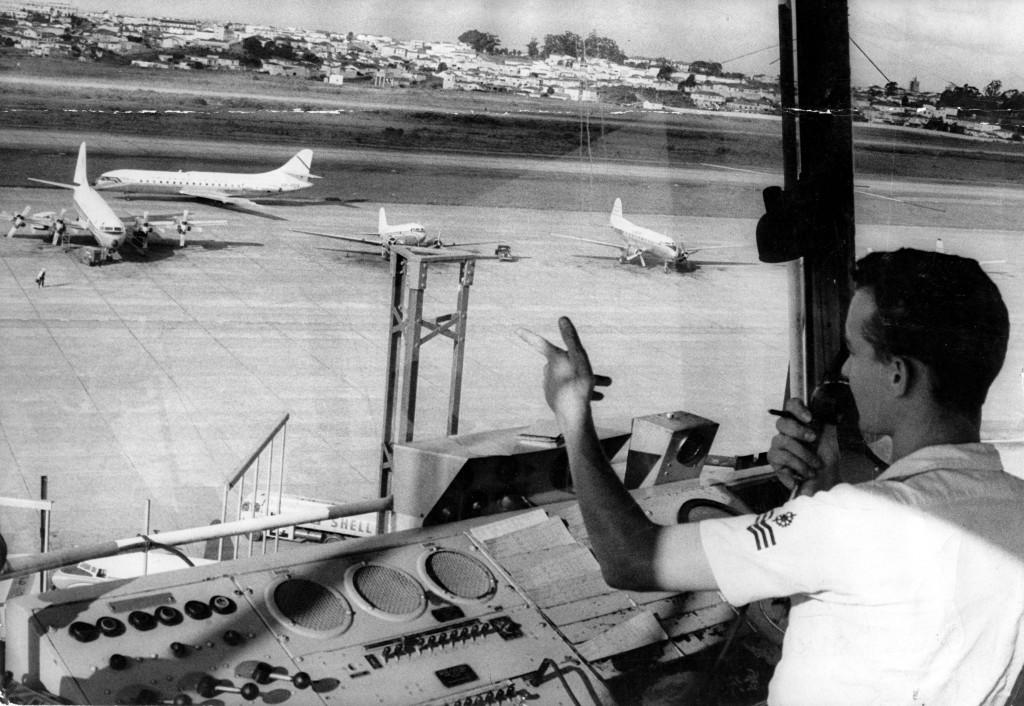 ORG XMIT: 091401_0.tif 1962 Sala de operação de voo do aeroporto de Congonhas, de onde o operador vê o pátio de taxiamento. (São Paulo, SP, 1962, Foto: Acervo UH/Folhapress)