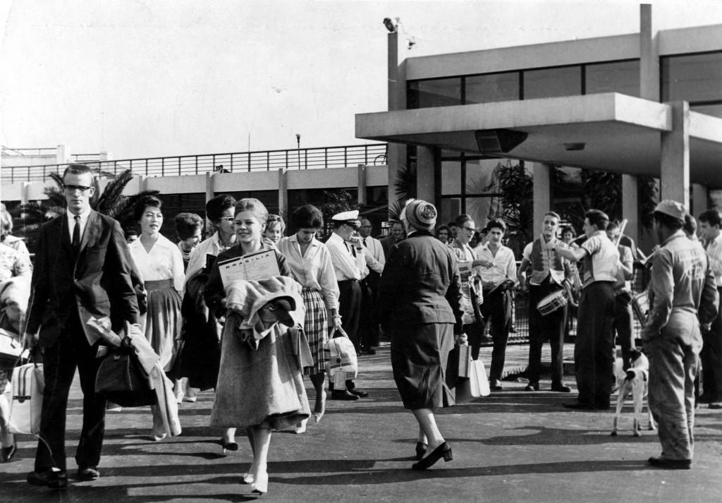 Movimento de pessoas na entrada do aeroporto de Congonhas. (São Paulo, 1960, Foto do Acervo UH/Folhapress)