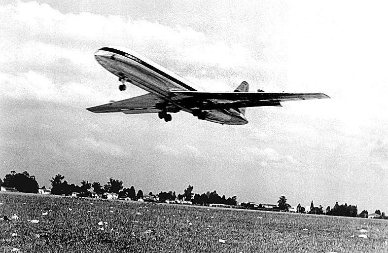ORG XMIT: 093701_0.tif O Caravelle, primeiro avião comercial a jato do mundo, pouco antes de aterrissar na pista do aeroporto de Congonhas, em São Paulo. (São Paulo, SP, 23.04.1957. Foto: Acervo UH/Folhapress)