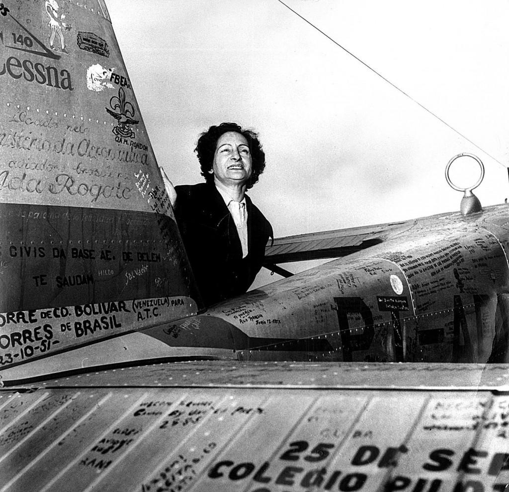 """ORG XMIT: 451901_0.tif A aviadora brasileira Ada Rogato ao lado de seu avião Cessna, apelidado de """"Brasil"""", no aeroporto de Congonhas, em São Paulo (SP). Com o objetivo de divulgar os 50 anos do primeiro vôo de Santos Dumont, a aviadora se prepara para voar 170 horas, visitando todas as capitais e territórios do país, percorrendo cerca de 26 mil quilômetros a ordo de seu Cessna. (São Paulo, SP, 27.06.1956. Foto de Manuel de Souza/Folhapress)"""